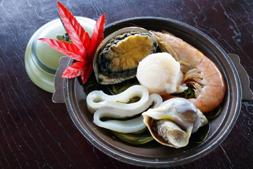 海鮮5品焼(アワビ他) 1,500円~、お刺身舟盛り5,000円~